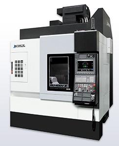 この画像はオークマ株式会社のマシニングセンターです。マシニングセンタは、工具の付け方(垂直立方向や横型)により、立型(立形)マシニングセンタや横型(横形)マシニングセンタに分類されます。